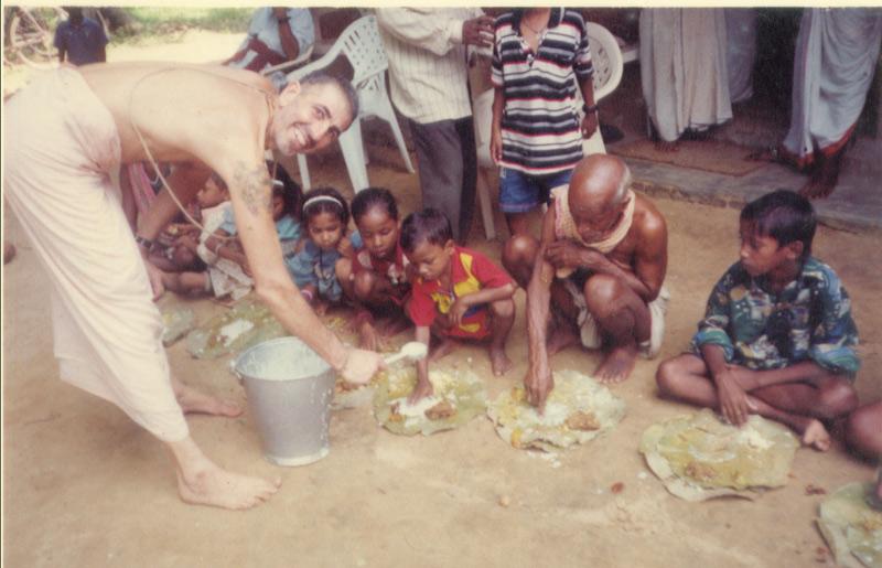 Distributing prasad...
